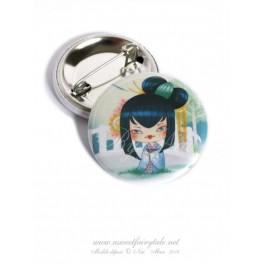 Badge en métal illustré d'une petite Kokeshi Ginkgo