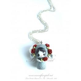 Collier avec pendentif poupée bélier kawaii pet Tons gris en pate polymère fait main